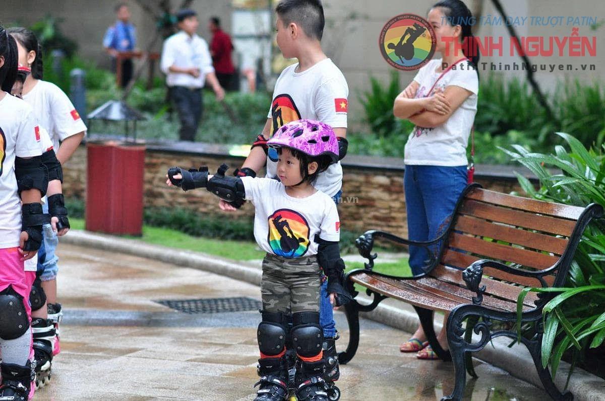 Trang bị bảo hộ cho các bé tại lớp dạy kỹ thuật trượt patin
